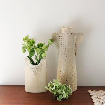 そんな彼女の作品のひとつである、ワードローブシリーズは、そのままオブジェとして飾っても素敵なほど愛らしい陶器の花瓶。手のひらほどの大きさで、陶器の素朴な風合いは、例えばふと摘み取ってきた野花や、庭に茂った木花の枝先など小さな植物をそっと活けるのが似合いそう。