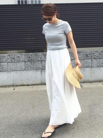 こんなリラックスな雰囲気のふんわりスカートにも。バランスよく品よくまとめてくれます。