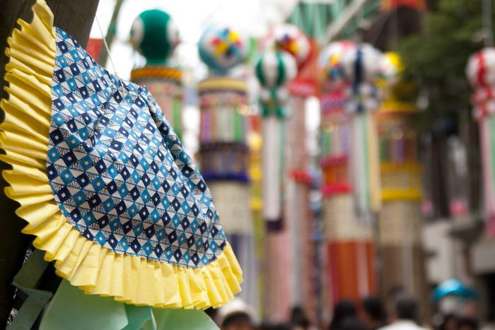 仙台七夕まつりの期間は仙台市内のあちこちが華やかな七夕飾りで埋め尽くされますが、この飾りには七つ飾りと言われている、古くから深い願いが込められている飾りがあります。