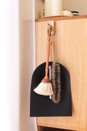 棚の上やインテリアの隙間などは、ホコリが溜まりやすいのに掃除がしにくい場所の筆頭ですよね。そういう時はやっぱりやわらかいハタキが活躍します。可愛いデザインのものなら、堂々と吊り下げておくのもいいかも。