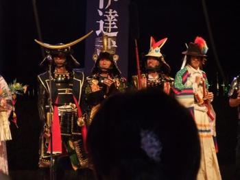 七夕まつり期間の夜間には、宮城県や仙台をPRするため結成された「奥州・仙台おもてなし集団 伊達武将隊」による夜間演武も行われ盛り上がりをみせています。