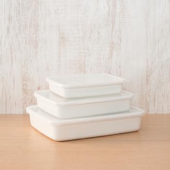 食器としても使えるおしゃれなホーローの保存容器も、重箱代わりに使えそうですね。モザイク寿司には、浅めの容器が合いそうです。