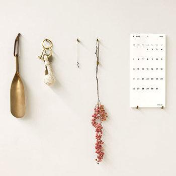 こちらはフック型のピンを使用して、壁に直接掛けて飾るアイデア。アートのような感覚で、アクセサリーで壁をコーディネート♪