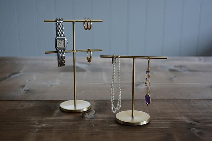 絡まりやすいネックレスやロングピアスなどは、吊り下げてディスプレイするという方法がおすすめ。シンプルなゴールドのスタンドは、アクセサリーに高級感が◎