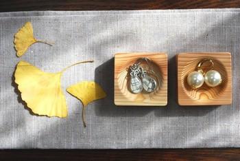 木目が美しいこちらの木皿は、ナチュラルなお部屋にぴったり。小さなサイズのものなら、アクセサリーを小分けにディスプレイ収納できるので、細々としたピアスなどを飾るのに最適です。