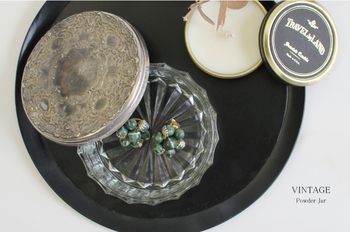 ヴィンテージなガラスのケースがあれば、ちょこんとアクセサリーを入れるだけでお洒落なインテリアのよう。トレイの上に、キャンドルやお花などと一緒に飾ってアクセサリーコーナーを。