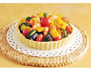 まるでフルーツがたっぷりのったようなカラフルなセイボリータルト♪ですが、野菜やエビでできています。タルト生地に敷いたチーズが風味や食感のアクセントに☆