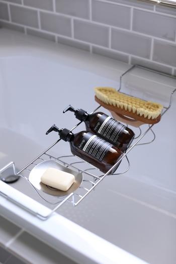 ボディーソープやシャンプーのボトル裏も汚れがちですよね。入浴時以外は、こうしてしっかり乾かしておくと綺麗な状態が長持ちします。