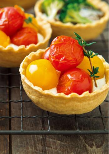 プチトマトと小ぶりなサイズがかわいいセイボリータルトは、市販のタルトカップを使えば簡単☆豆腐、クリームチーズ、味噌、黒こしょうなどを混ぜたフィリングがユニークです。
