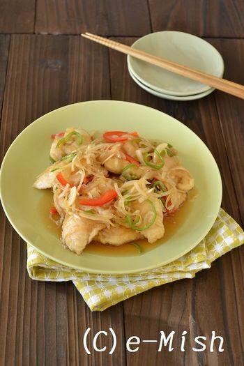 【ささみの南蛮漬け】 脂肪分が少ない鳥のささみはヘルシーなイメージだけど、調理するとぱさぱさになりやすかったり、やや淡泊すぎる印象も...。片栗粉をまぶして揚げ焼きすれば、しっとり、つるんとした食感に。甘酸っぱい漬けダレとシャキシャキの野菜との組み合わせも絶妙です。
