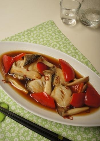 【白身魚の南蛮漬け】 身が柔らかく淡泊な印象のある白身魚は、南蛮漬けにするときに、キノコなど出汁のでるお野菜と一緒に漬け込むと風味豊かに仕上がります。