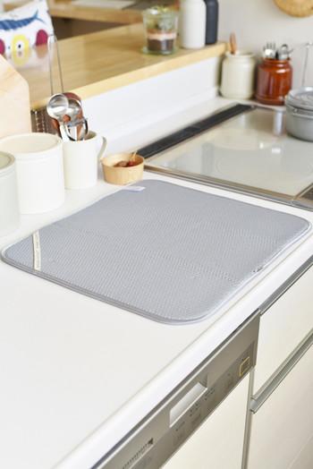 こまめに洗い物をする人なら水切りカゴを撤去するのもおすすめ。布の上に洗った食器を置いて、すぐに拭いて片付ける、を定着させれば、水切りカゴがないぶん広くキッチンを使えますね。お料理がしやすくなりそうです。 こちらは「ディッシュマット」という吸水性抜群のマット。クッション性もあるので大事な食器にも安心です。