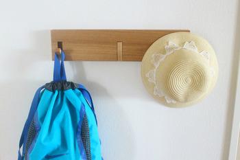 お出かけセットは、フック式を使うととっても便利!カバンやコートのほかに、キーケースや季節ごとの帽子をディスプレイしても可愛く仕上がります。