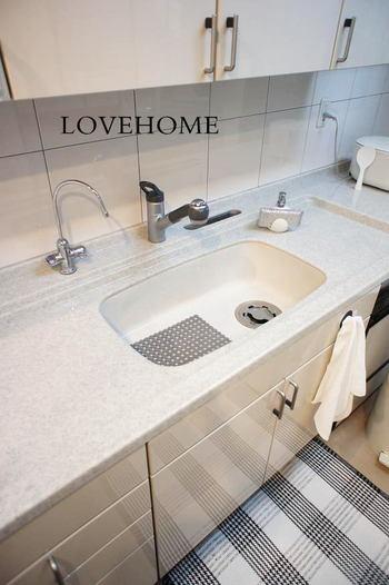 水切りカゴや、洗剤・スポンジ置きなどもなくすと、すっきりして掃除がラクになりますよ。