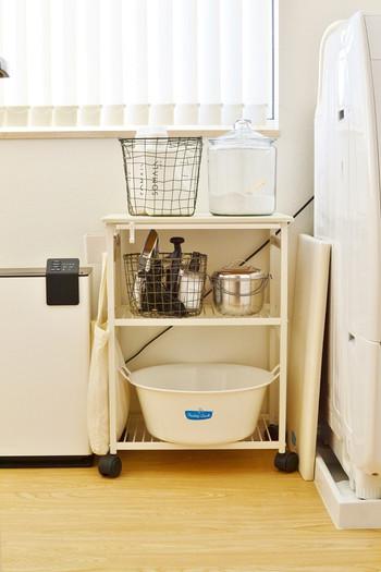 台所用洗剤、洗濯洗剤、お風呂の洗剤、トイレの洗剤…と、洗剤類はとにかく種類が多いですよね。最近ミニマリストさんたちに人気なのが、天然成分でつくられている「多用途洗剤」。家中どこの掃除にも使え、さらに食器洗いも洗濯もできるので、モノも減らせてとっても便利です♪