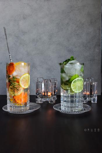オレンジ・レモン・ライムといった柑橘類は、サマーカクテルにぴったりのフルーツ。タイムやミントを加えると清涼感がさらにUPします。オレンジ&レモンは甘口の白ワインを、ライムはホワイトラムをベースにして、サングリア風やモヒート風にアレンジしたカクテルです。