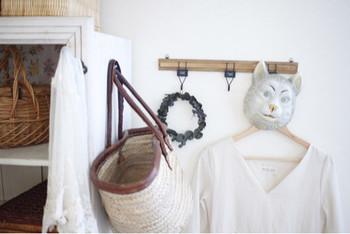 壁にラックフックを取り付けておけば、アウターやバッグなどをかけておくことが出来ます。お洒落なラックフックを選ぶことで、雑貨屋さんのような雰囲気に。