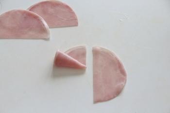 ハムは、半分に切ってくるくると巻き、それを芯にしてさらに何枚か巻きます。生ハム、サーモンなどの材料もくるくる巻いてスタンバイ。芯を中心に、ふんわり巻くのが美しく仕上げるコツのようです。
