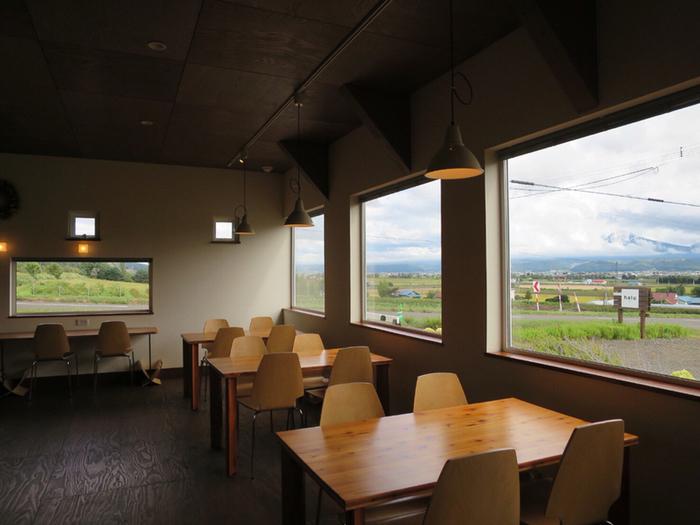 富良野の丘の、眺めの良い場所に建つ「haru cafe(ハルカフェ)」。とてもゆったりとした時間が流れているカフェです。北海道産小麦を使ったパスタやパンケーキ、ピザなどが人気です。