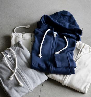 【Champion(チャンピオン)|UVカット加工スウェット ジップフードパーカー】  ベーシックなデザインのパーカーは洗いを施しているため、肌なじみがいいのが魅力。UV加工が施されているので、紫外線の強い夏でも安心してお出かけできます。袖と裾はリブになっていて、袖にあるChampionのロゴがアクセントになっています。ホワイト・オートミール・オックスフォードグレー・ネイビーの4色展開。