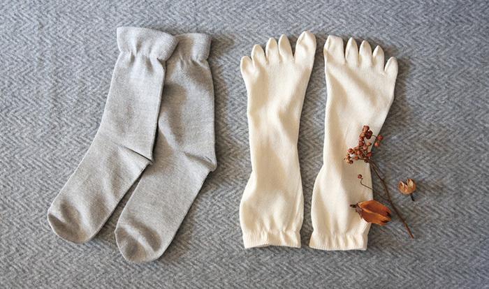 こちらは、裏はシルク・表は綿の、珍しいリバーシブルソックス。2速重ねて履くだけで、4足分の保温効果が◎脱ぎ・履きだけではなく、お洗濯もラクになりますね。