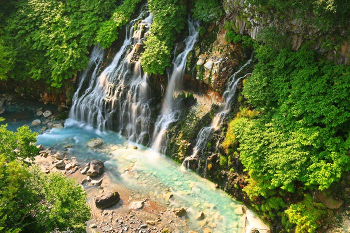 白金温泉郷にある「白ひげの滝」。青い池同様、水酸化アルミニウムの影響で水が青色に見えます。青い池まで続く川も「ブルーリバー」と呼ばれ、神秘的な光景が広がります。