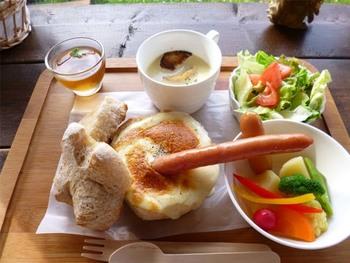 道産小麦と自家製天然酵母を使った手作りパンが自慢の「あるうのぱいん」。オープンスペースのテラスや店内のイートインがあり、カフェメニューはチーズフォンデュセットが一番人気です。