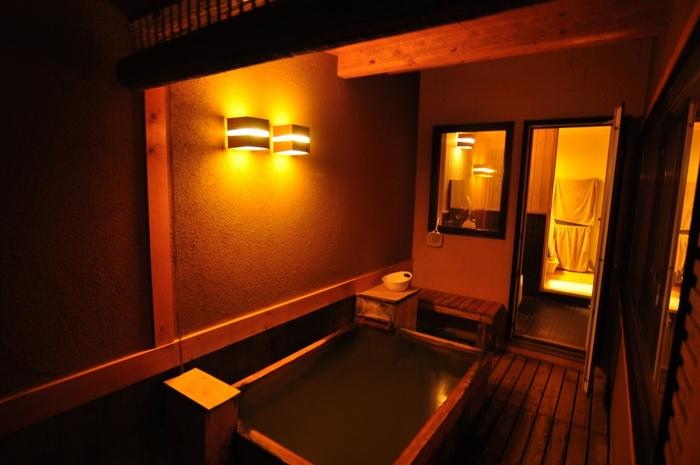 日本百選にも選ばれた名湯を誇る白金温泉郷に静かに佇む「森の旅亭びえい」。北海道では珍しい日本古来の数奇屋造りになっていて、本館の他に離れの客室があり、別荘に来たような贅沢な雰囲気を味わえます。