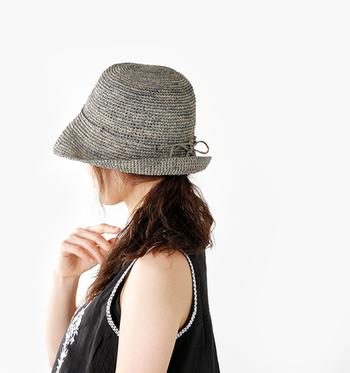 【Levoyageenpanie(ルボヤージュエンパニエ)│つばショートラフィアハット】  粗密な編み目のニュアンスが魅力のナチュラルなラフィアハット。深めのシルエットは、日差しや紫外線から顔を守ってくれます。デイリーはもちろん、リゾートコーデにも大活躍♪