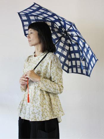 浜松注染の伝統技術×傘職人のコラボレーションによる日傘は、外側・内側どちらからも柄が楽しめます。ハンドタッチ風のチェック柄が、コーディネートに優しいアクセントをプラスしてくれます。