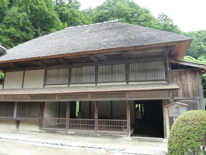 神奈川県指定重要文化財の鈴木家住宅は、奥州街道の旅籠(はたご)。馬の商人や馬を世話する馬方を泊めた馬宿(うまやど)で、馬は土間、馬方は中二階、そして馬喰や武士は一階の座敷に宿泊していたそうです。