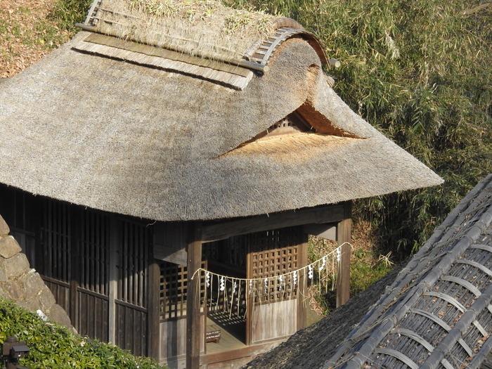 川崎市重要歴史記念物に指定されている、川崎市麻生区の東光院境内にあった養蚕の神を祭った宮殿は、側面に施された金色姫(こんじきひめ)伝説の彫刻をお見逃しなく。