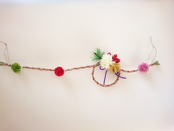 古風なしめ縄に違和感を感じるという人は、壁面に飾るガーランドのしめ縄がおすすめです。 藁縄に水引や南天の実、お正月らしい花をあしらえば、新年を迎える気分も盛り上がりますね。