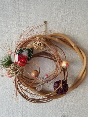 ナチュラルな木材に、獅子舞や水引飾りでお正月らしくデコレーション。和風の飾り付けなのに、洋風のインテリアにもしっくり馴染んでくれそうです。