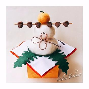羊毛フェルトならではの温もりを感じる鏡餅。 干し柿やみかんを外して雪だるまにするなど、冬の季節にリビングで色んなアレンジを楽しめます。
