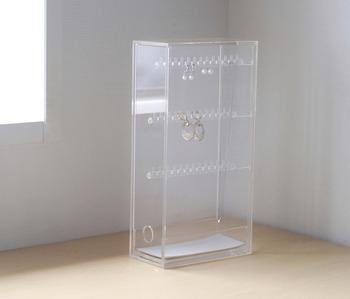 こちらは「アクリルネックレス・ピアススタンド」。透明のシンプルなケースなので、アクセサリーの美しさが引き立ちます。