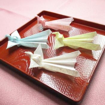 折り紙で作った鳳凰の箸置き。親戚や友人が集まるお正月の食卓で、さりげなくお祝い気分♪
