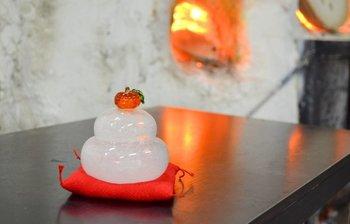 吹きガラスの細かい泡を使ってお餅の白さを表現したガラス製の鏡餅。 お部屋の照明を受けてキラキラ光る鏡餅は、ほっこり癒される優しい雰囲気。