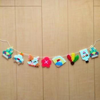 女の子たちが夢中になって遊ぶアイロンビースは、カラフルな飾りを作るのにピッタリ。作り上げるワクワク感も楽しめます。