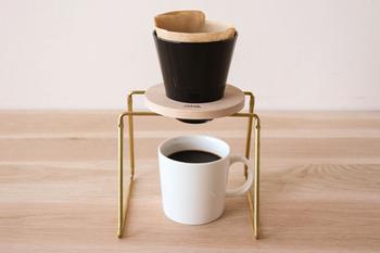 こちらは真鍮製のドリッパースタンドです。無駄のないシンプルなデザインがスタイリッシュですね。おうちカフェがもっと素敵になるアイテムです。
