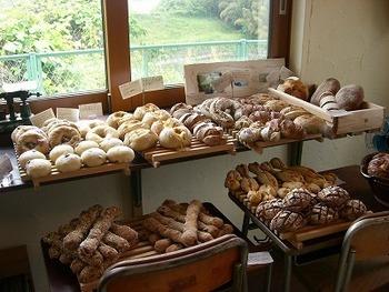 こじんまりとした店内に美味しそうなパンがずらり。学校で使う机の上にパンをディスプレイしているのも遊び心を感じられますね。