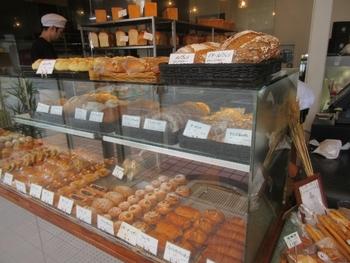 都会的な洗練された印象の店内。対面販売式なのでパンはショーケースに綺麗に並べられています。