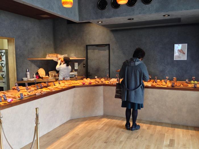 店内は落ち着いたスタイリッシュな空間。カウンターに並べてあるパンは、メロンパンやクロワッサンなど定番のパンから、ピザやお惣菜系のパンまで種類豊富に揃っているのが魅力。ずらーっと並べられたパンはどれも美味しそうで選ぶのに迷ってしまいますね。人気のパンは売り切れることもあるのでお早めに。