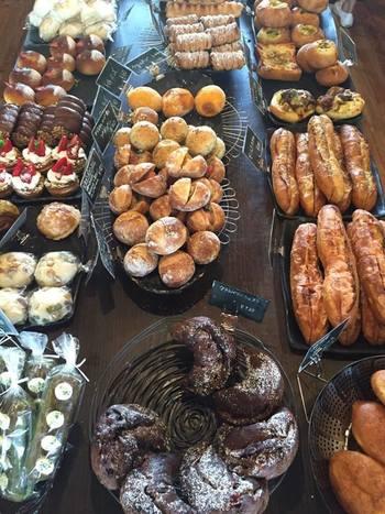 いろんな種類のパンを揃えているのは、お店を訪れるどんなお客さんにも喜んでもらいたいという想いから。ずらりと並んだ美味しそうなパンの中から、どれにしようかと悩むのも楽しい時間になりそうです。