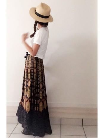エスニック柄のマキシ丈ラップスカート。シンプルなTシャツに合わせるだけで、リラックス感満点の着こなしに。