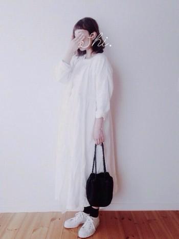 ナチュラルな白いラップワンピース。ふんわりボリュームで、ゆったり着られて女の子らしい雰囲気に。