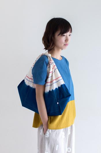 パキっとした色合いが個性的なトップスには、しま絞りがかわいい「あづまバッグ」をセットして。