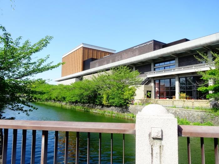 「ロームシアター京都」は、旧京都会館をリノベーションした、今注目の施設です。1960年4月公的文化ホールとして前川國男氏の設計により誕生した京都会館は、当時から文化的評価も高く、日本建築学会賞を受賞したモダニズム建築の傑作。歴史あるものに新たな息吹をもたらし次世代に伝えていく、やはり京都らしい文化の奥深さを感じますね。