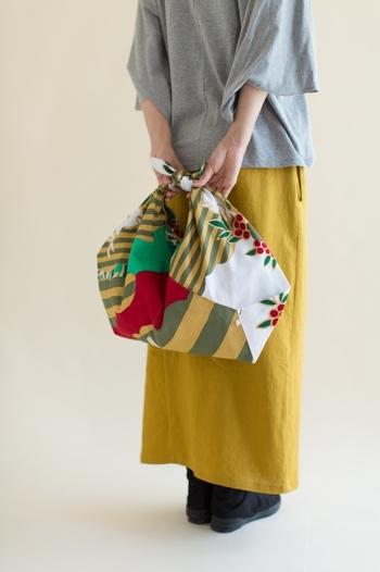 和洋折衷なデザインが目を惹くテキスタイル。お洋服も「あづまバッグ」のカラーリングに合わせて統一感を持たせています。