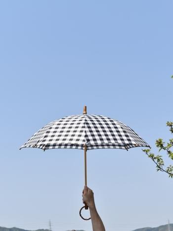 「Encachette(アンキャシェット)」の晴れ雨兼用のバンブー長傘。バンブー素材のリング型のキュートな持ち手や、つゆ先にもバンブーが使われていて、お洒落で可愛らしい日傘です。